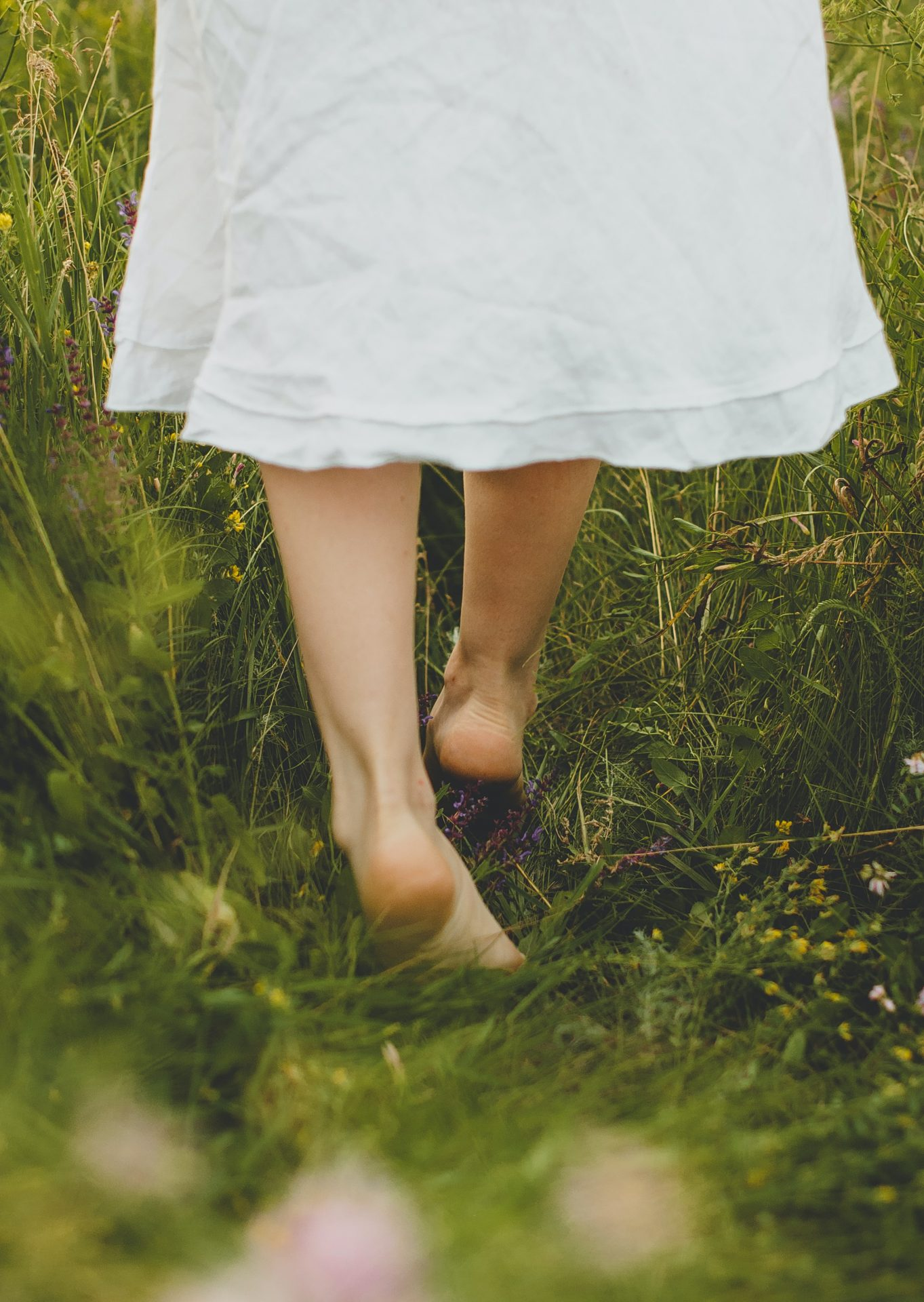 Successful-people-Morning-Routine-Ideas-Tips-To-Empower-Your-Day-Change-Your-Life-Barefoot-Walking-Grass